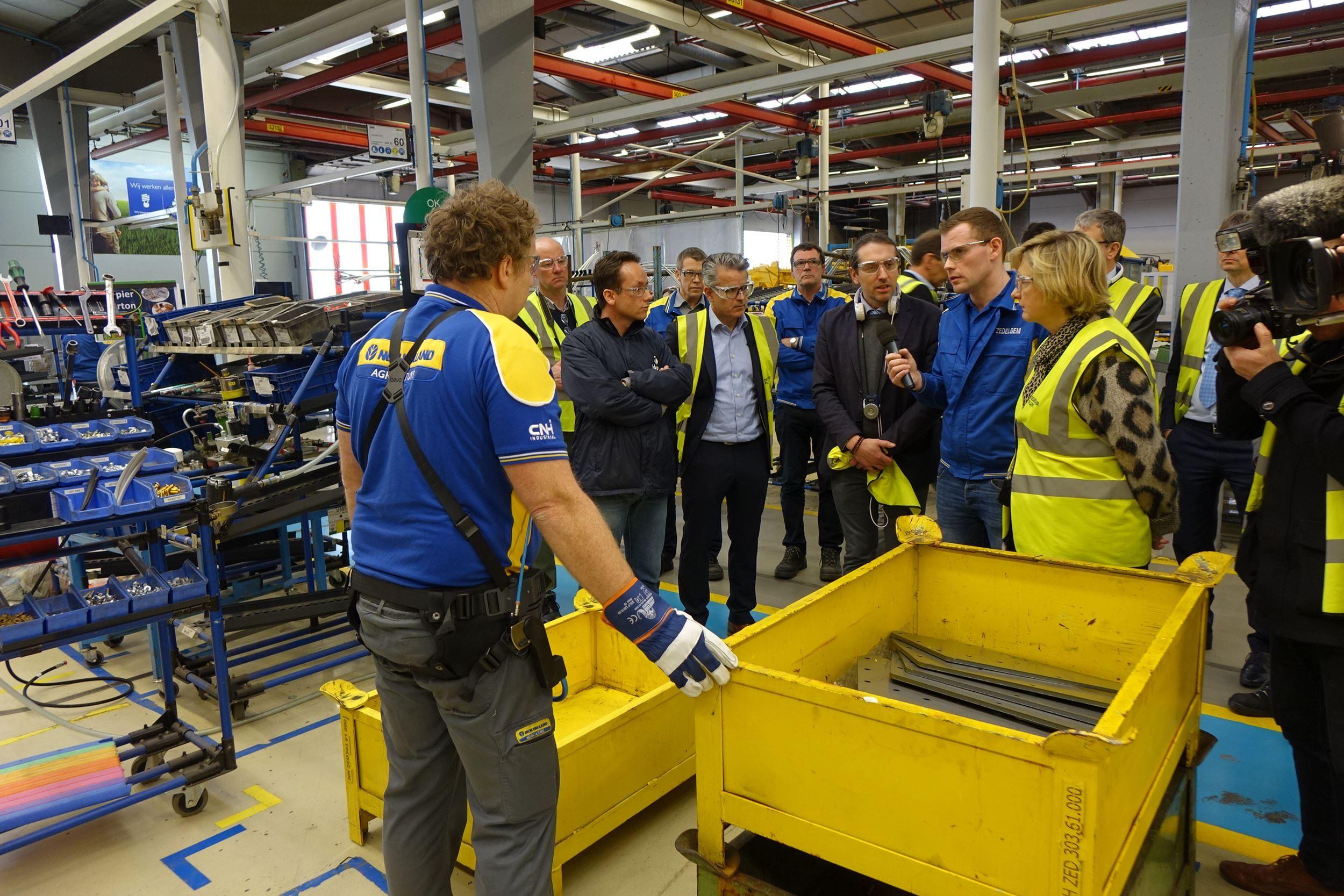 Minister  Crevits bezocht New Holland Zedelgem