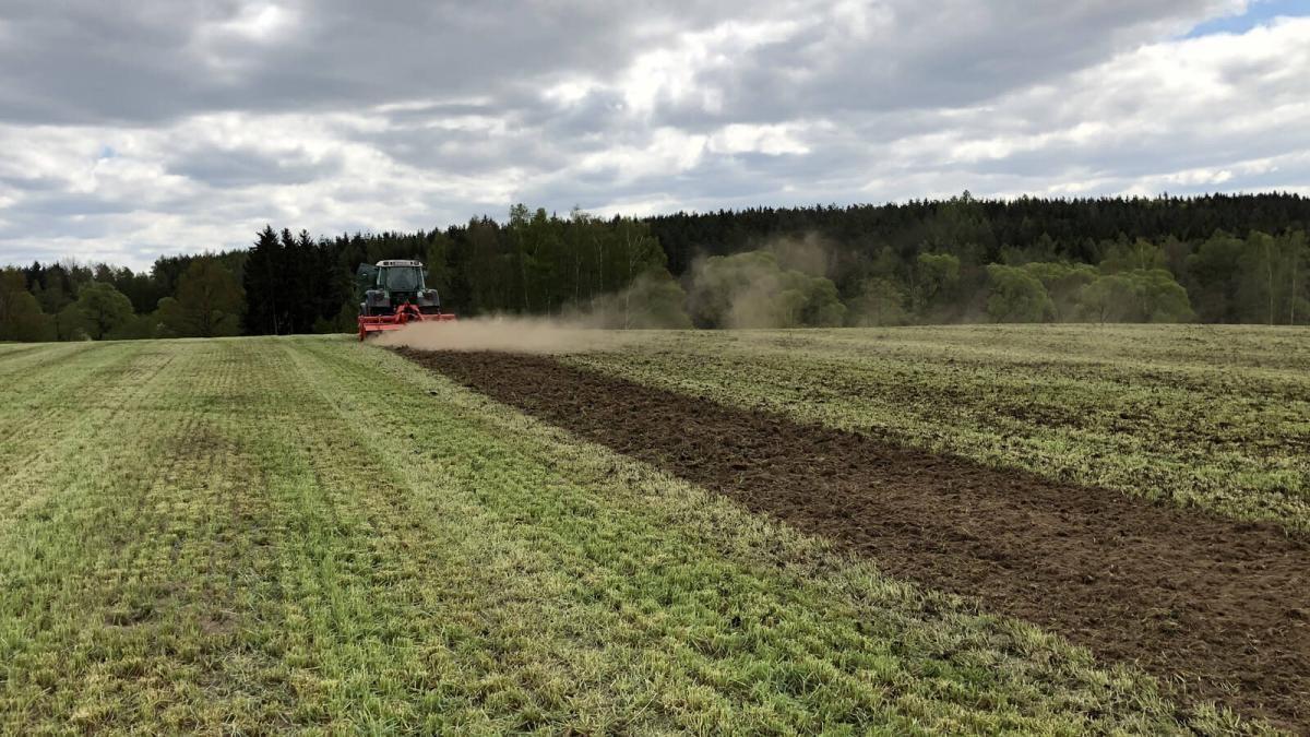 Uiterst oppervlakkige bodembewerking met Kuhn Biomulch frees